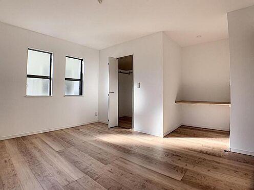 新築一戸建て-名古屋市守山区小幡北 備え付けの棚があるお部屋。パソコンを置くのにも便利です。