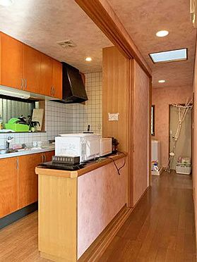 中古一戸建て-伊東市赤沢 ≪キッチン・通路≫右奥に進むと洗面・浴室になります。