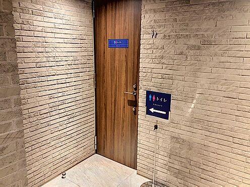 区分マンション-東海市高横須賀町御洲浜 ロビーには共有トイレもあります。