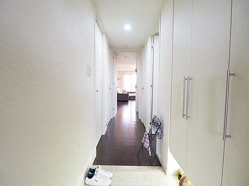 中古マンション-浦安市東野2丁目 玄関からリビングにつながる廊下。大容量のシューズボックスがあり、ご家族全員の靴や小物が収納できます。