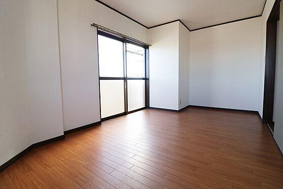 マンション(建物全部)-浜松市中区和合北4丁目 3階部分、北側洋室6.5帖。バルコニーにへ出れます!