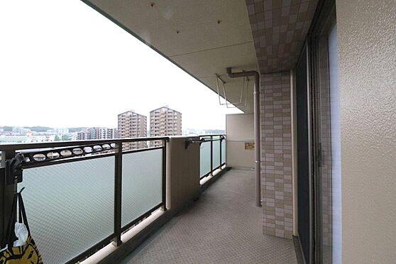 中古マンション-八王子市別所1丁目 2部屋に通じるワイドバルコニー。