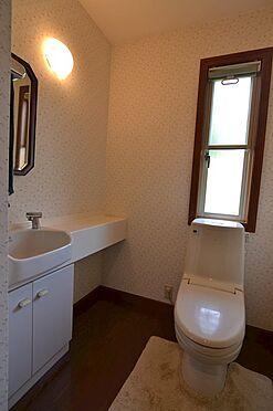 中古一戸建て-稲城市長峰2丁目 窓と手洗い場つきトイレ。