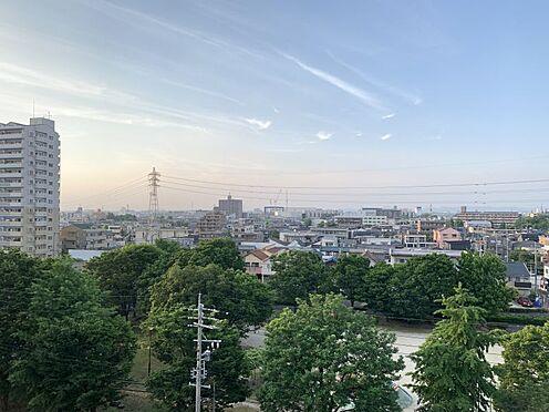 中古マンション-名古屋市守山区金屋2丁目 目の前に大きな公園があるのでお休みの日にはご家族で一緒に遊ぶこともできますね。