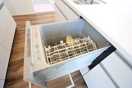 新築一戸建て-磯城郡田原本町大字阪手 食器洗浄乾燥機は、家事の負担を軽減します。高温のお湯と水圧で洗浄しますので手洗いよりも清潔!忙しい奥様に嬉しい設備ですね。