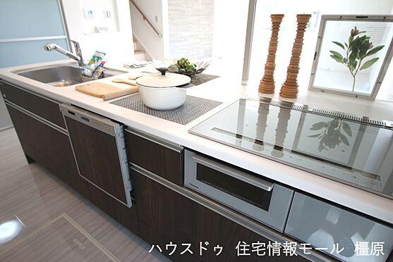 戸建賃貸-磯城郡田原本町大字阪手 食器洗浄乾燥機は、家事の負担を軽減します。高温のお湯と水圧で洗浄しますので手洗いよりも清潔!忙しい奥様に嬉しい設備ですね。