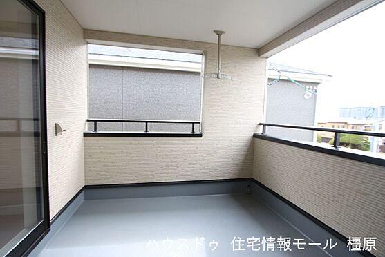 戸建賃貸-磯城郡田原本町大字阪手 屋根があり、突然の雨でもお洗濯物を濡らす心配はありません。2室から出入りできる便利な設計です。(同仕様)