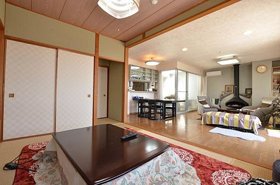 リゾートマンション-熱海市熱海 和室からも、狭い、窮屈な感じはなく、広々としています。