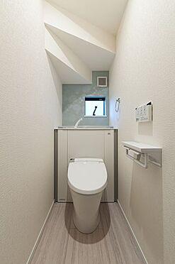 新築一戸建て-半田市柊町4丁目 収納一体型トイレ。掃除道具などを収納しスッキリとさせることが出来ます。(1階のみ)(同仕様)