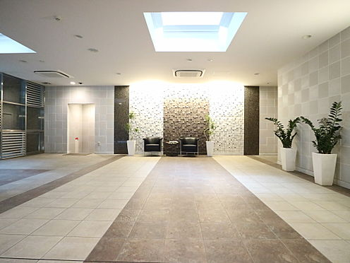 区分マンション-台東区日本堤2丁目 エントランスホール 「正方形」をモチーフのデザインで、スタイリッシュな都市性を表現しております。