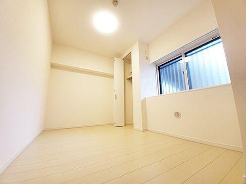 中古マンション-多摩市落合3丁目 玄関入ってすぐの洋室です!窓が二重サッシになっている点が特徴です!