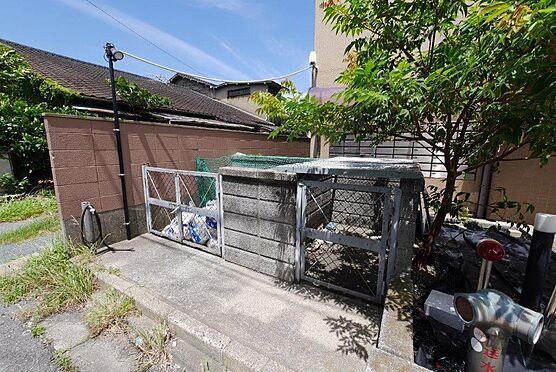 マンション(建物一部)-北九州市八幡西区陣原2丁目 エントランス出てすぐの所にゴミ置き場があるので便利です。