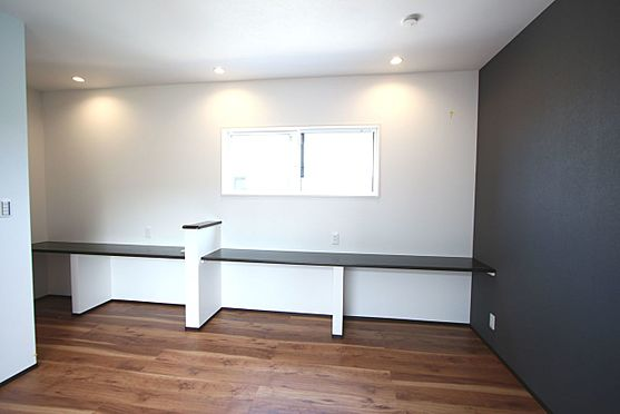 戸建賃貸-桜井市大字橋本 9.1帖洋室にはカウンターを設置。趣味の品を飾ったり、お子様の勉強スペースにと様々な用途にご利用下さい