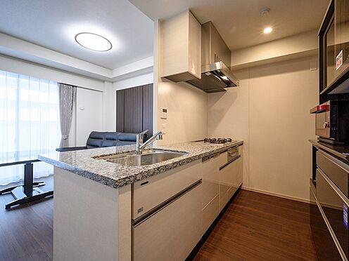 中古マンション-品川区東品川4丁目 【Kitchen】リビングにいる家族とお話しながら料理ができる、オープンな対面カウンターを採用。