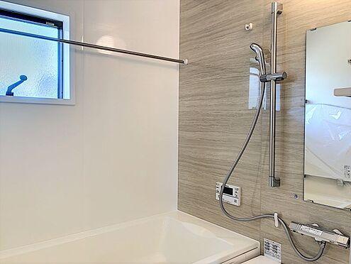 戸建賃貸-刈谷市半城土中町3丁目 足を伸ばしてゆっくりくつろげる浴槽サイズ。滑りにくい設計でお子様とのお風呂も安心です。