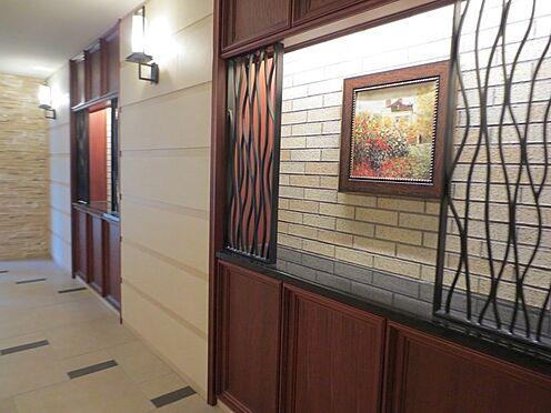 マンション(建物一部)-大阪市大正区三軒家西3丁目 絵も飾られ、オシャレなロビー。