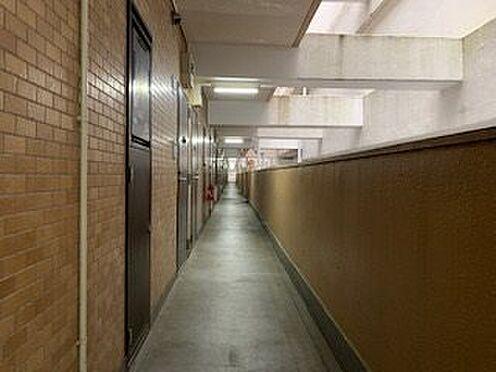 中古マンション-熱海市海光町 今回の対象住戸は3階。階段またはエレベーターを使い、廊下へ。