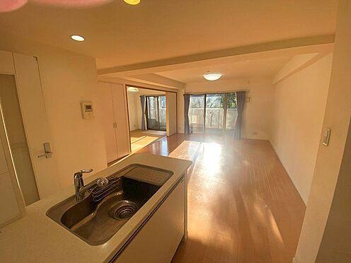 中古マンション-八王子市松木 陽当たり・通風良好な角部屋の為、陽射しがリビング奥まで差し込みます