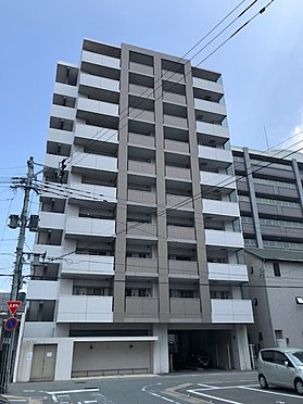 区分マンション-福岡市東区箱崎1丁目 タイル張りの白色がベースの落ち着いた感じの外観です