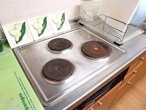 中古マンション-伊東市富戸 〔キッチン〕3口のコンロが設置されています。オール電化のため、電気式となっています。
