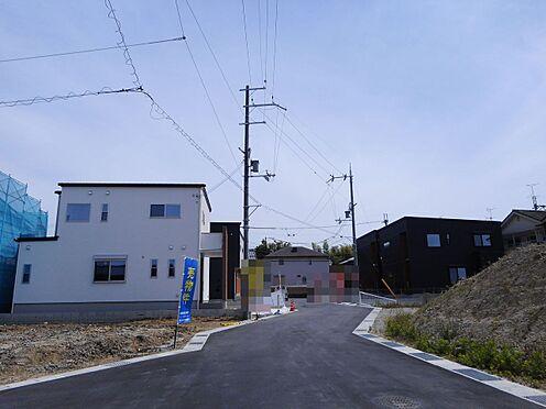 戸建賃貸-桜井市大字橋本 大規模開発分譲地内。前面道路幅は約6mあり、大型車でもスムーズに出し入れできます。周辺は交通量が少なく、とっても静かな環境です