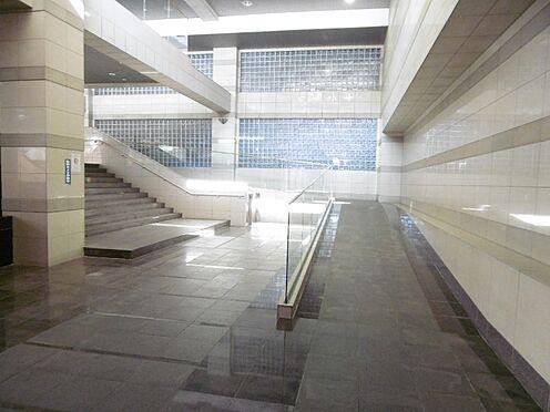 中古マンション-町田市小山ヶ丘3丁目 駅側エントランスの階段・スロープ・エスカレーター