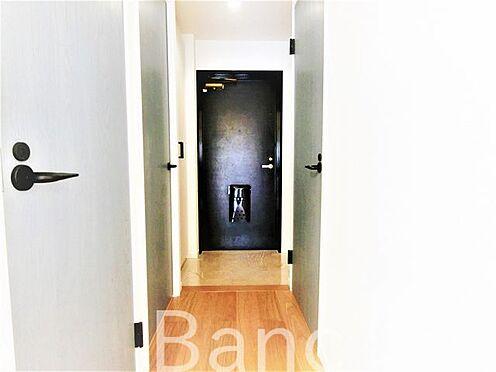 中古マンション-葛飾区水元1丁目 玄関照明は人感センサー付き照明で暗い時でも自動で点灯、夜暗い中スイッチを手探りで探さなくても大丈夫ですね。