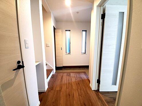 新築一戸建て-町田市金井7丁目 デザイン性の高い床材や質感の良い建具が魅力的な内装です。