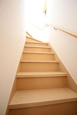 新築一戸建て-大和高田市大字有井 リビングを通らずに2階へ行ける配置。プライバシーも保たれ、お部屋の冷暖房効率も損ないません!手すり付きでお子様やお年寄りでも安心です。(同仕様)