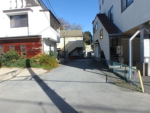 アパート-北本市東間1丁目 前面道路。幅員5mあり、圧迫感は少ないです