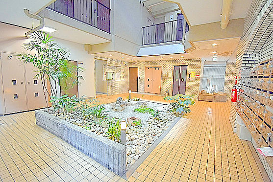 マンション(建物一部)-大阪市東淀川区東中島1丁目 エントランスの中央には小さな庭園あり