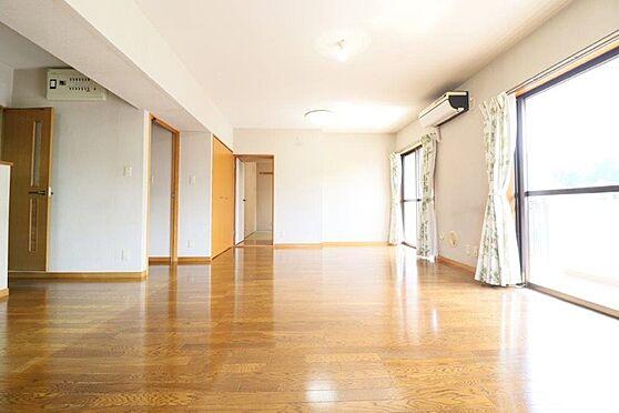 中古マンション-八王子市別所2丁目 約20帖のLDKは2面採光と角部屋の特徴が際立ちます。