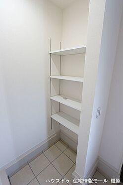 戸建賃貸-磯城郡田原本町大字阪手 シューズクロークの棚は可動式。お好きなレイアウトでご利用下さい。(同仕様)