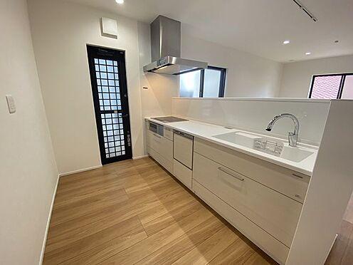戸建賃貸-豊田市小坂町13丁目 タッチレス水栓、人造大理石一体型シンク採用でより快適なキッチン。家事の時短に食洗機付き。