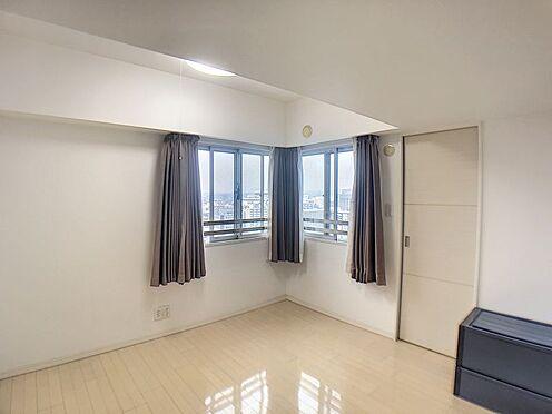 中古マンション-豊田市小坂本町5丁目 マンションは窓が配置されにくく暗い印象になりがちですが、サービスバルコニーが有るので採光と風通しを実現しています