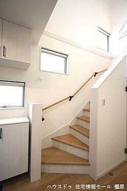 戸建賃貸-橿原市膳夫町 リビングを通らずに2階へ行ける配置。プライバシーも保たれ、お部屋の冷暖房効率も損ないません!