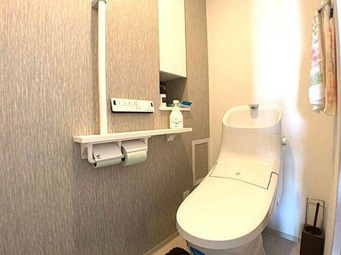 中古マンション-小牧市小牧2丁目 ウォシュレット・手すり・収納のあるトイレ。