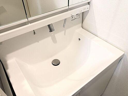 中古一戸建て-名古屋市中村区沖田町 一日の始まりの朝、歯磨きをしたりメイクや髪をセットしたり・・・使いやすさが考えられた3面鏡です♪シャワー付水栓で洗面台でのシャンプーや毎日の掃除に大変便利ですね♪
