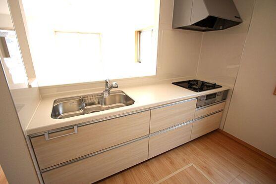 新築一戸建て-大和高田市大字有井 ご家族でお料理を楽しんで頂ける大型のシステムキッチン。リビングの様子も良く見えます。(同仕様)