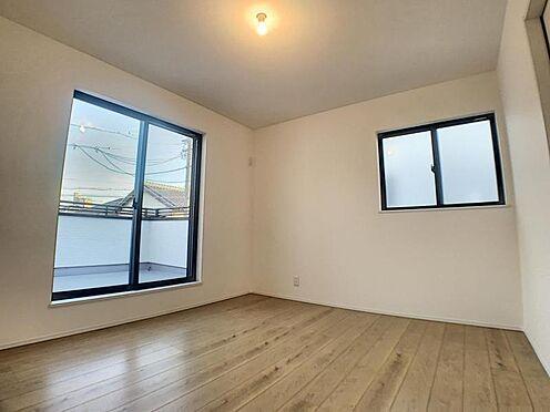 新築一戸建て-安城市今本町2丁目 光が十分入るように計算された窓。各部屋に収納スペースあり。
