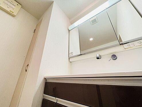 区分マンション-春日市須玖南5丁目 洗面台です!三面鏡の裏は収納スペースとなっており、収納場所に困りません♪