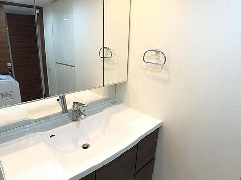 区分マンション-名古屋市西区稲生町字杁先 ゆとりの洗面スペースで朝の身支度も快適スムーズに。鏡の裏にはたっぷりと収納スペースを装備!