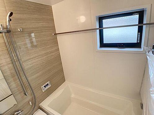 新築一戸建て-安城市今本町2丁目 足を伸ばしてゆっくりくつろげる浴槽サイズ。滑りにくい設計でお子様とのお風呂も安心です。