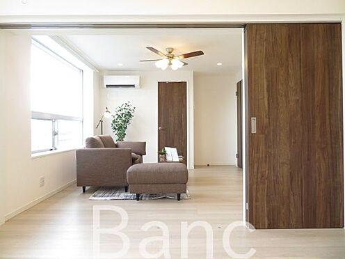 中古マンション-文京区湯島4丁目 リビングと洋室の仕切りは引き戸式になっていてドアのデッドスペースが無いのでお部屋を有効に使えます