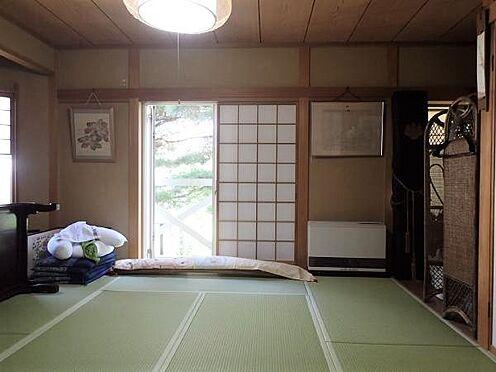 中古一戸建て-田方郡函南町平井 【和室(1階)】8帖の和室は畳の状態も良好です。北側にバルコニーもあります。