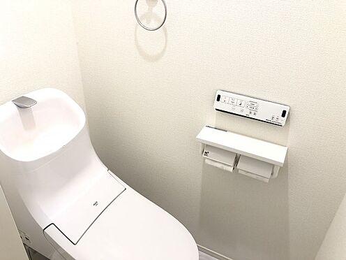 中古一戸建て-名古屋市中村区沖田町 節水型でエコなトイレには、今では当たり前のウォシュレット付き。便座を温める機能もついていて、居心地良くてトイレから出られなくなるかも!換気用に換気扇はもちろん、窓も着いているので常に快適ですね♪