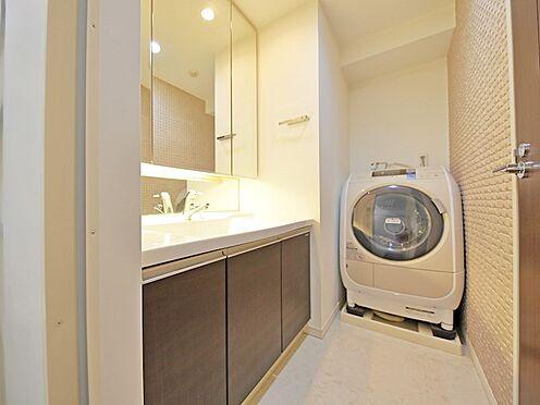 中古マンション-品川区荏原3丁目 ミラーも三面鏡裏収納を採用しました。普段頻繁に使う洗面用品も収まります