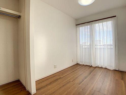 中古一戸建て-豊田市鴛鴨町下高根 2階の洋室です。各居室に収納があるので、お子様の服やおもちゃもしまっていただけます。