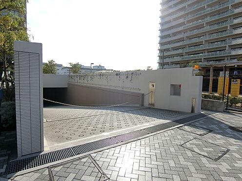 区分マンション-神戸市中央区東川崎町1丁目 駐車場入り口
