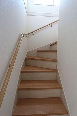 戸建賃貸-北葛城郡広陵町大字南郷 リビングを通らずに2階へ行ける配置。プライバシーも保たれ、お部屋の冷暖房効率も損ないません!手すり付きでお子様やお年寄りでも安心です。(同仕様)